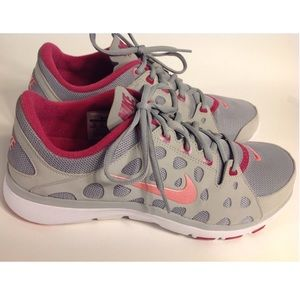 NIKE WOMENS TRAINING SHOES. SIZE 10 PINK AND GRAY